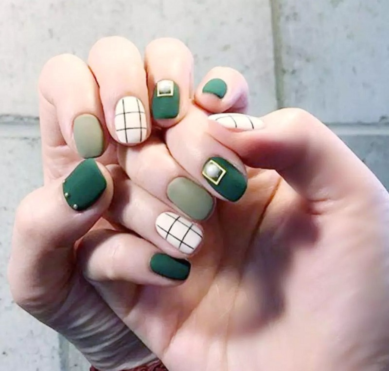 44 Eye-catching Minimalist Nail Art Ideas For Summer 2020